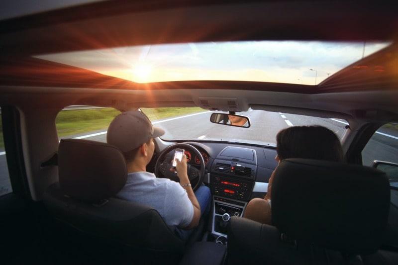 Nuevas normas de tráfico: 6 puntos por utilizar el móvil al volante