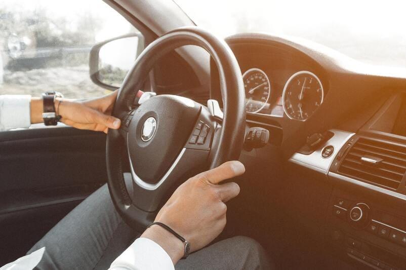 Cómo colocar correctamente las manos al volante
