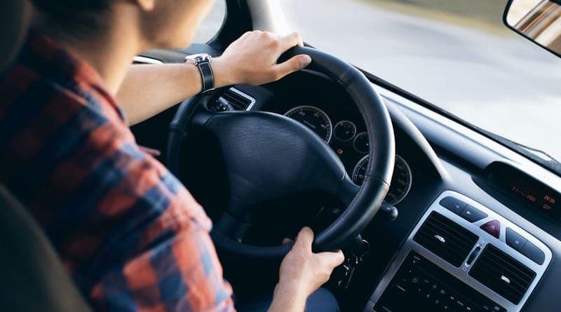 Malos hábitos al conducir que pueden dañar el coche